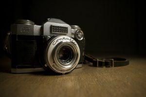 Aparat fotograficzny na stole